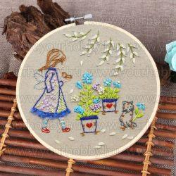 Hímzőráma készlet, Kislány kék virágokkal 20 cm
